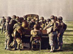 Des GIs se regroupent autour d'un piano Steinway fraîchement débarqués sur une plage normande.